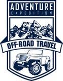 Vector Emblem mit Wald des Autos 4x4 und der Berge nicht für den Straßenverkehr Stockfotografie
