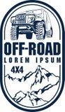 Vector Emblem mit Wald des Autos 4x4 und der Berge nicht für den Straßenverkehr Stockfoto