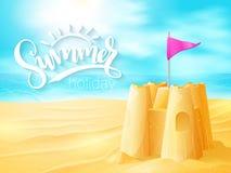 Vector a frase inspirada do verão da rotulação da mão com o castelo da areia no fundo da praia do mar Fotografia de Stock