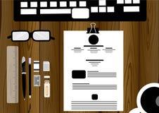 Vector Geschäftsmann mit Gläsern, Stift, Bleistift, Radiergummitischplattentastaturmachthaber, flaches Design der Büroklammern Lizenzfreie Stockfotos
