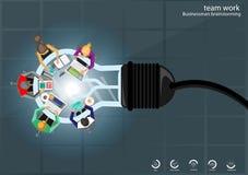Vector Geschäftsmannbrainstormingideen für helle Notebooks, beweglicher Tablettenstift, Bleistift, Tagebuch, Dateien und Tasse Ka stockfotos