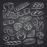Vector gli elementi contornati disegnati a mano del forno sulla lavagna nera royalty illustrazione gratis
