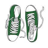 Vector grüne Sportturnschuhe mit den weißen lokalisierten Spitzeen Lizenzfreies Stockfoto