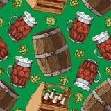 Vector Hand gezeichnetes nahtloses Muster des Bierglasbechers und -fasses Blütenzapfen des Hopfens Hauptbrauen, in Handarbeit gem Stockbild
