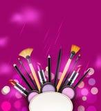 Vector il fondo con i cosmetici e gli oggetti di trucco e disponga la f Fotografia Stock