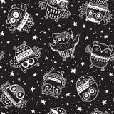 Vector il modello senza cuciture con i gufi del fumetto nelle stelle di notte Fondo in bianco e nero del bambino Fotografie Stock