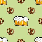 Vector il modello senza cuciture con le tazze della birra e dei brezels Fotografie Stock
