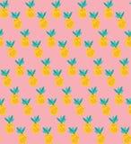Vector il modello senza cuciture degli ananas gialli su fondo rosa royalty illustrazione gratis