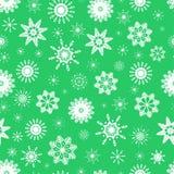 Vector il modello senza cuciture dei fiocchi di neve bianchi svegli su fondo verde chiaro Icone piane isolate Può usare per il de royalty illustrazione gratis