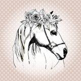 Vector il ritratto disegnato a mano del cavallo che indossa la corona floreale Sul fondo del pois Fotografie Stock