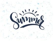 Vector il testo dell'estate dell'iscrizione della mano circa il mare con le coperture e le bolle di scarabocchio royalty illustrazione gratis
