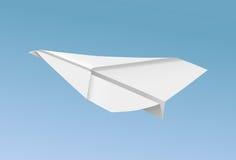 Vector il volo piano di carta realistico nell'illustrazione del cielo blu Fotografia Stock