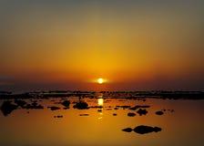Vector Illustration des Sonnenaufgangs oder des Sonnenuntergangs über dem Meer lizenzfreie abbildung