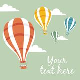 Vector Illustration von Heißluftballonen auf dem Himmel Stockfotografie