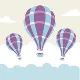 Vector Illustration von Heißluftballonen auf dem Himmel Stockfotos