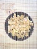 Vector Illustrationspunkt-Pixel knusperigen frittierten Wonton in der schwarzen Schüssel Stockfotos