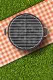 Vector a ilustração 3d realística da grade do assado, manta vermelha no gramado da grama verde Piquenique do BBQ no parque Imagens de Stock Royalty Free