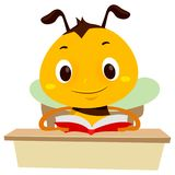 Vector a ilustração da abelha que lê um livro na tabela Imagem de Stock