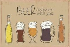 Vector a ilustração de um cartão tirado mão do vintage com pratos da cerveja: garrafa, caneca e copo com uma etiqueta engraçada - Imagem de Stock