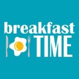 Vector a ilustração do tempo de café da manhã com ovo frito, faca e forquilha no fundo azul Fotos de Stock