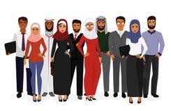 Vector a ilustração dos executivos árabes do homem e da mulher do groupe que estão junto na roupa islâmica tradicional sobre ilustração stock