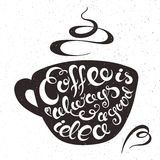 Vector a ilustração imprimível tirada mão da xícara de café com expressão da rotulação - o café é sempre uma boa ideia, fuma e ou Imagem de Stock Royalty Free
