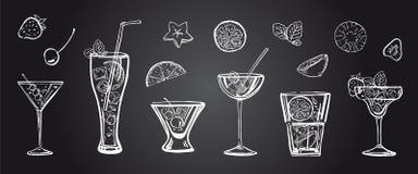 Vector a ilustração tirada mão do esboço com cocktail e frutos diferentes no fundo do quadro-negro ilustração do vetor