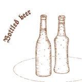 Vector a ilustração tirada mão do lápis dos pares de garrafa de cerveja com etiqueta Fotografia de Stock Royalty Free