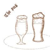 Vector a ilustração tirada mão do lápis dos pares de vidro de cerveja com etiqueta Imagem de Stock