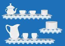 Vector Juego de té con la tetera, tazas, taza, placas en mantel del cordón Imágenes de archivo libres de regalías