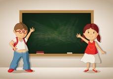 Vector kleinen Jungen und Mädchen an der Tafel im Klassenzimmer stock abbildung