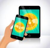 Vector l'illustrazione con lo smartphone e la compressa che hanno moneta dorata con il simbolo del bitcoin sul suo schermo Fotografie Stock