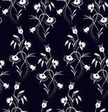 Vector l'illustrazione del modello di fiori bianchi senza cuciture di fantasia su fondo nero royalty illustrazione gratis