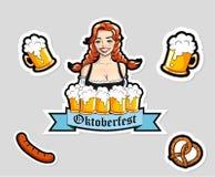 Vector l'illustrazione della cameriera di bar con le tazze della birra Autoadesivi di Oktoberfest, logo Immagini Stock