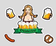 Vector l'illustrazione della cameriera di bar con le tazze della birra, Autoadesivi di Oktoberfest, logo Fotografie Stock Libere da Diritti