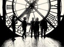 Vector l'illustrazione della gente ad una finestra enorme sotto forma di orologio illustrazione di stock