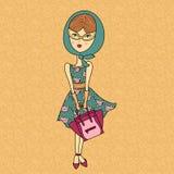 Vector l'illustrazione di bella ragazza in occhiali da sole, vestito stampato di modo con la borsa Signora affascinante sul fondo Fotografie Stock