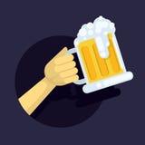 Vector l'illustrazione di una birra spumosa fresca della grande tazza di vetro nell'uomo della mano su fondo scuro nel cerchio Fotografia Stock Libera da Diritti