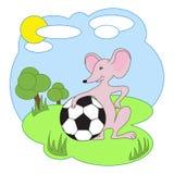 Vector l'illustrazione, topo con pallone da calcio su una radura Fotografie Stock Libere da Diritti