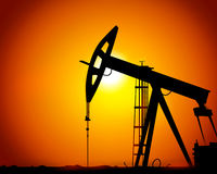 Vector l'immagine delle torri di olio sulla terra Immagine Stock