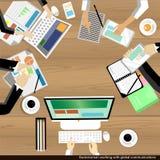 Vector l'uomo d'affari che lavora e che brainstroming con la tavola di legno delle comunicazioni globali Immagini Stock