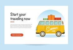 Vector la bandera plana del web con una furgoneta retra del viaje con el bolso en el tejado Viaje por carretera, aventura, el tra imágenes de archivo libres de regalías