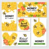 Vector la bandera, la postal, el emblema con la miel, la abeja, el panal, las flores y los corazones Fotografía de archivo