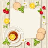 Vector la carta con la tazza di tè, dei frutti e delle foglie su un fondo di legno Fotografia Stock Libera da Diritti