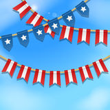 Vector la decoración colorida del empavesado en colores de la bandera de los E.E.U.U. en un cielo azul Fondo patriótico con las b Fotografía de archivo