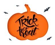 Vector la hoja de papel con la silueta acortada de la calabaza y la mano que pone letras a los saludos de Halloween cita - truco  Fotografía de archivo