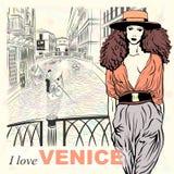 Vector a la muchacha preciosa de la moda en un fondo de Venecia libre illustration