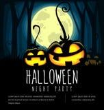 Vector la siluetta della zucca di Halloween del fumetto con la luna piena nel nero scuro della foresta e spaventoso illustrazione di stock