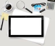 Vector la tabla superior de la oficina con la taza de café, papeles, lápiz, tableta Fotografía de archivo libre de regalías
