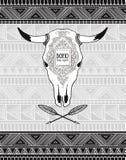 Vector la tarjeta con las flechas étnicas cruzadas y el cráneo del toro en el fondo ornamental tribal Imágenes de archivo libres de regalías